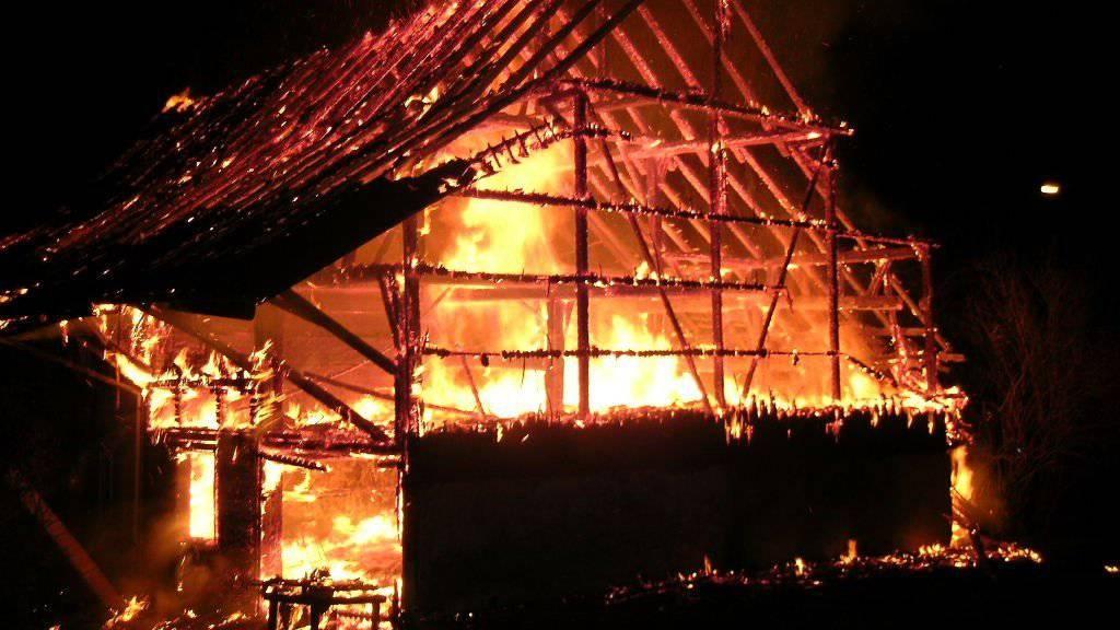 Das leerstehende Haus und die angebaute Scheune brannten vollständig aus.