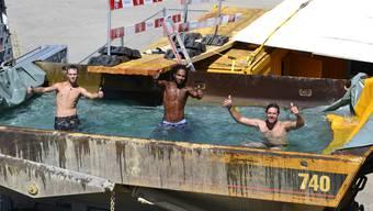 Mitarbeiter der Marti AG plantschen in speziellem Pool