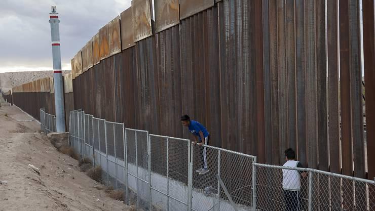 Teile der Grenze zwischen den USA und Mexiko sind bereits mit Zäunen und Mauern gesichert - so wie hier nahe Ciudad Juarez. Für eine durchgehende Mauer hat der US-Kongress aber noch nicht die nötigen finanziellen gesprochen.