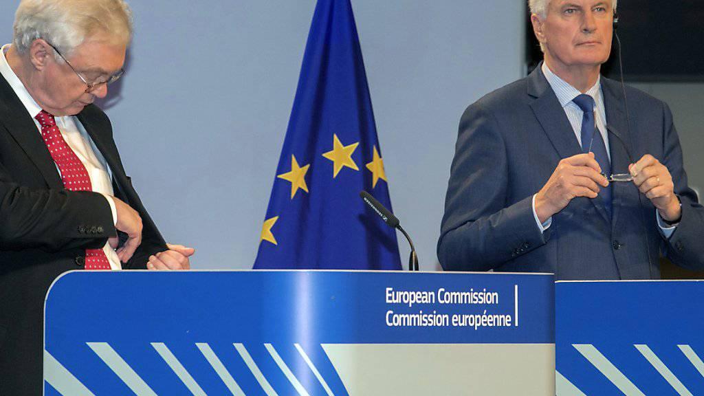 """Kaum Fortschritte nach der fünfte Brexit-Verhandlungsrunde: EU-Chefunterhändler Michel Barnier (rechts) hat am Donnerstag in Brüssel bei der Fragen der Schlussrechnung gar von einer """"Blockade"""" gesprochen. Sein britischer Gegenspieler David Davis sah hingegen """"bedeutende Fortschritte seit Juni""""."""