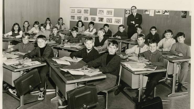 Die erste Klasse im Jahr 1969. An der Wand steht der damalige Rektor Eugen von Arb.
