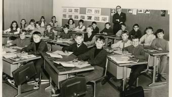 Die erste Klasse im Jahr 1969. An der Wand steht der damalige Rektor Eugen von Arb. zvg