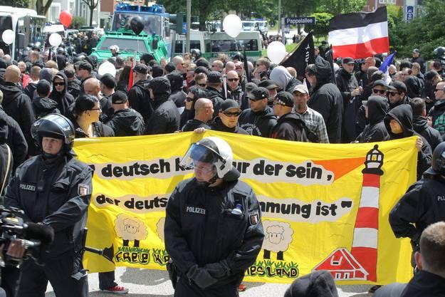 Polizisten begleiten die Demonstanten