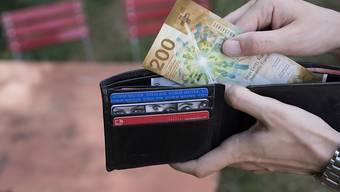 Reiche müssen in Appenzell Ausserhoden nicht tiefer in die Tasche greifen. Das Stimmvolk hat sich gegen die Anhebung des Steuersatzes für hohe Einkommen ausgesprochen. (Archivbild)