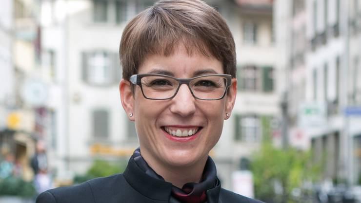 Lea Grossmann mit dem Twitter-Vogel, dem Logo des Dienstes.