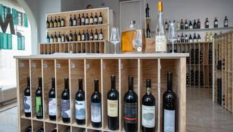 Im neuen Laden werden die Flaschen in alten Weinkisten präsentiert.