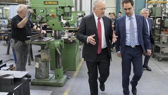 Bundesrat Johann Schneider-Ammann bei der Besichtigung eines Betriebes. Für die Weiterbildung von Mitarbeitenden in Grundkompetenzen können die Betriebe am nächstem Jahr Bundesgelder beantragen. (Archiv)