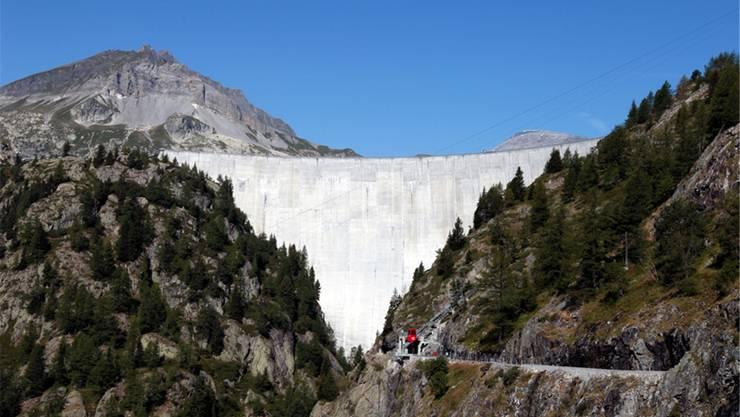 Staumauer des Lac d'Emosson im Wallis, wo Alpiq bis 2017 mit Partnern das unterirdische Pumpspeicherkraftwerk Nant de Drance baut.Alpiq