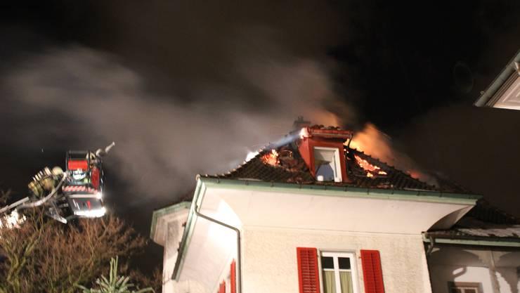Auch vom Kran aus bekämpfte die Feuerwehr den Dachstockbrand. Christof Ramser