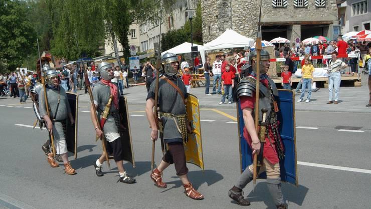 Römertag Brugg. Vorwärts Marsch für die Legionäre. 07.05.2006.