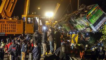 Der verunglückte Reisebus wird geborgen. Beim Unglück starben mindestens 28 Menschen.