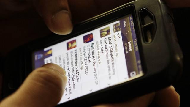 Mit einem Smartphone lässt es sich ausgezeichnet twittern (Archiv)