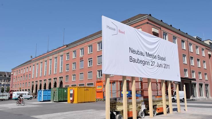 Juni 2011: Noch steht die alte Messe, aber ein riesiges Schild kündet vom Neubau (Kenneth Nars)
