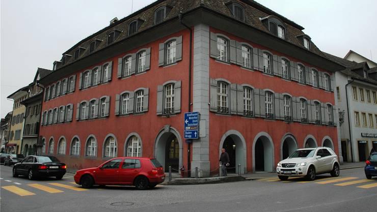 Die Bar, in der sich die junge Frau vor dem tätlichen Angriff aufhielt, befindet sich links vom Rathaus. (Archiv)