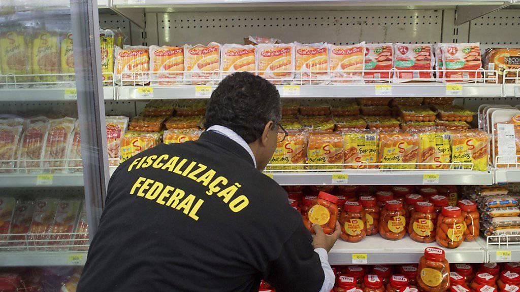 Inspektion in einem Geschäft in Brasília: Nach dem Fleischskandal im südamerikanischen Land dringt die EU offenbar auf einen Exportstopp.