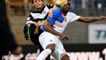 Kampf und Krampf: Luganos Numa Lavanchy (links) streckt sich im Duell mit dem Grasshopper Julien Ngoy nach dem Ball