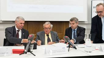 Christian Leumann, Rektor der Universität Bern (links), Mäzen Hansjörg Wyss (mitte) und der Berner Regierungspräsident Christoph Ammann haben am Freitag die Verträge für das neue Forschungszentrum unterzeichnet.