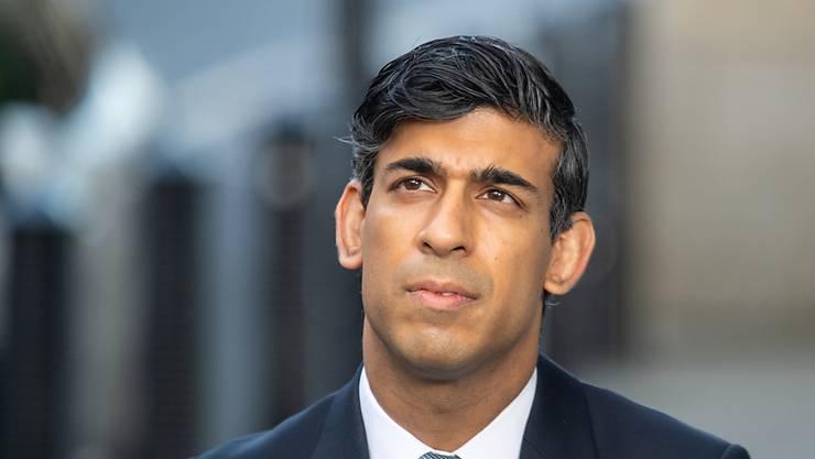 Rishi Sunak, Finanzminister von Großbritannien, wird vor dem Broadcasting House, dem Hauptsitz der BBC, per Videoschalte von Sky News interviewt. Sunak hält nichts von einem Brexit-Handelspakt «um jeden Preis». «Wir machen Fortschritte in den Gesprächen und ich bleibe hoffnungsvoll, dass wir eine Lösung finden werden», sagte er in einem BBC-Interview. Foto: Dominic Lipinski/PA Wire/dpa