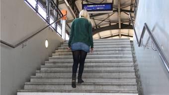 Einige Stufen beim Aufgang zum Gleis 1 sind locker und erzeugen Lärm, wenn man darüberläuft.