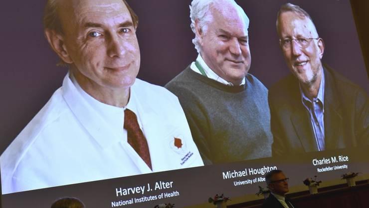 V.l.n.r. Harvey J. Alter, Michael Houghton und Charles M. Rice, die drei diesjährigen Nobel-Preisträger für Medizin, die für die Entdeckung des Hepatitis-C-Virus' ausgezeichnet werden. Die Verkündigung fand heuer wegen Corona ohne Publikum statt.