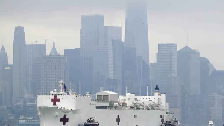 Zum zweiten Mal nach 9/11 läuft der 70'000-Tonnen-Koloss USNS Comfort vor der beeindruckenden Skyline in New York ein. Im Hintergrund das One World Trad Center, das an der Stelle der Twin Towers gebaut worden war. (Bild: Keystone)