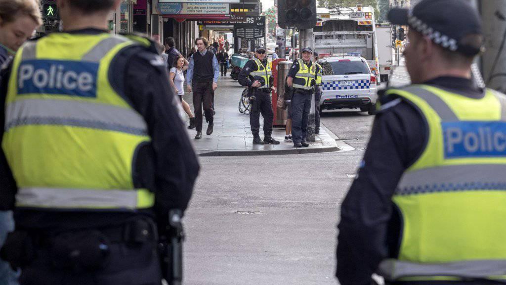 Polizisten am Tatort einen Tag nach der Tat: Allmählich kehrt in der Einkaufsstrasse wieder Ruhe ein.