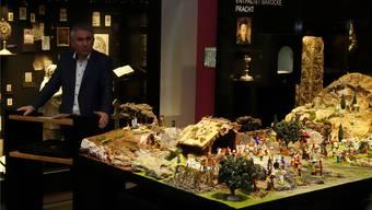 Landammann Alex Hürzeler bewundert die provenzalische Krippe im Museum Kloster in Muri.