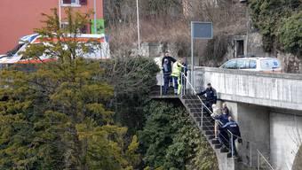 Nach seinem Bad in der eisigen Aare begleiteten Polizisten den älteren Mann zum Ambulanzfahrzeug.