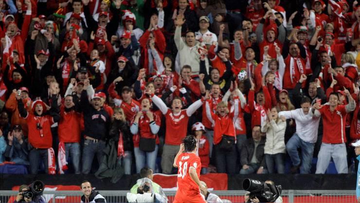 So wars beim letzten Aufeinandertreffen mit Portugal: Gemeinsam mit Hakan Yakin feiern die Schweizer Fans den 2:0-Sieg an der EM 2008.Keystone