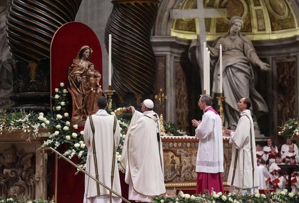 Vor der Christmette hatte Franziskus ein Flüchtlingslager für verfolgte Christen im Nordirak angerufen, um den Menschen dort Mut zu machen.
