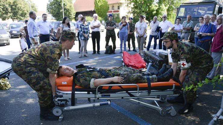 Einen Verletzten in den Sanitätswagen verfrachten? Das Spitalbataillon 66 zeigt, wie es gemacht wird.