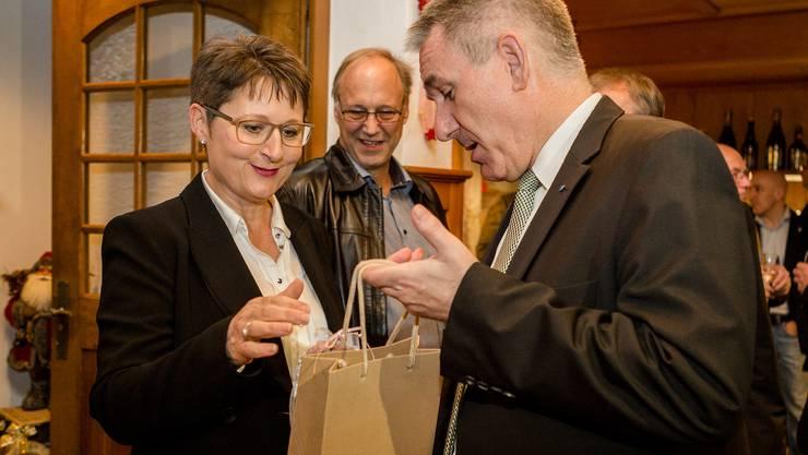 Zweiter Wahlgang der Regierungsratswahlen im Kanton Aargau: Die Kandidatin der SVP, Franziska Roth, ist mit gut 10 000 Stimmen Vorsprung gegenüber der SP-Kandidatin Yvonne Feri gewählt. Die SVP feiert ihre neue Regierungsrätin und den zweiten Sitz im Hotel Restaurant Gotthard in Brugg. Im Bild nimmt sie Gratulationen von ihrem Ratskollegen Alex Hürzeler (SVP) entgegen.