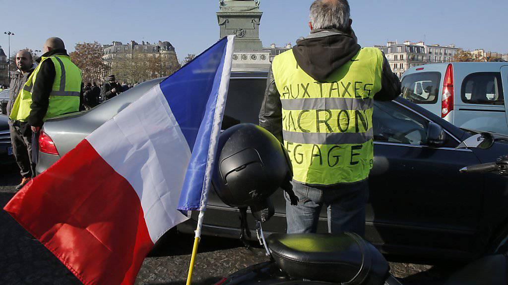 Die Demonstranten nennen sich «Gilets Jaunes». Mehr als 2000 Protestaktionen gab es offiziellen Angaben zufolge, so auch hier auf der Place de la Bastille in Paris.
