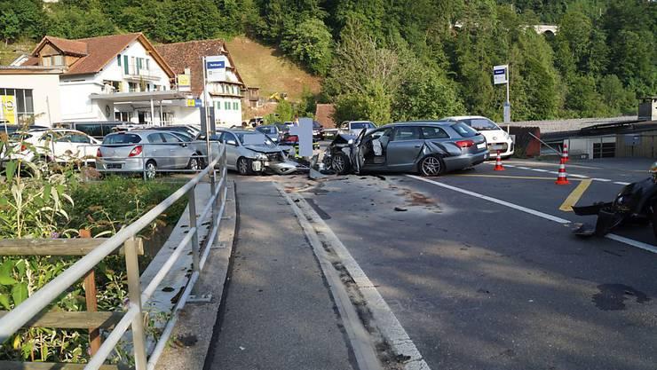 Neben den drei in den Unfall involvierten Autos wurden auch noch zwei Auto in einer Garage beschädigt.
