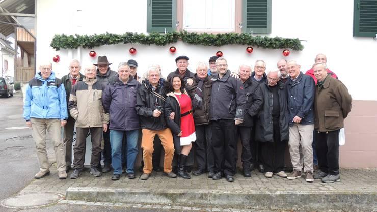 Die TCR-Senioren posieren nach ihrer Wanderung gemeinsam mit Susana und Roger Zumbrunn vor dem Restaurant Rössli in Buus