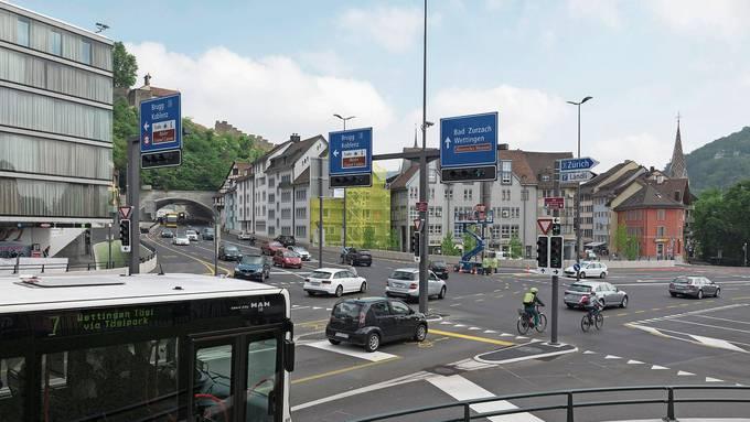 Grund für die Belagsschäden: Am Lichtsignal des Abbiegers nach Neuenhof halten Busse öfter als geplant – der Asphalt erhitzt und verformt sich.