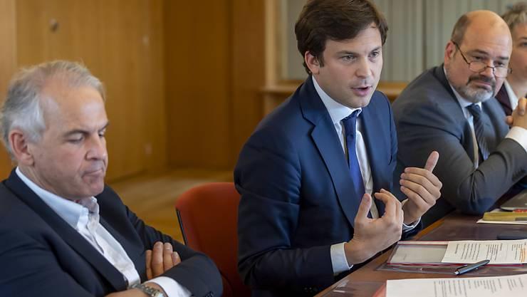 Die Genfer Stadträte Rémy Pagani (links) und Guillaume Barazzone (mitte) stehen in der Spesenaffäre der Stadt als Beschuldigte im Visier der Justiz.