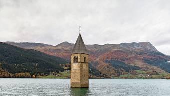 Einziger Zeuge der untergegangenen Heimat: Der Kirchturm von Graun im Reschensee im Südtirol.