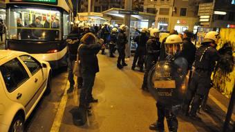 Zürich: Polizei stürmt Tram   Vor dem Fussballspiel FC Zürich - Lazio Rom stürmte am Donnerstagabend (20.10.11) di Polizei beim Albisriederplatz ein Tram und verhaftete einige Lazio-Fans.