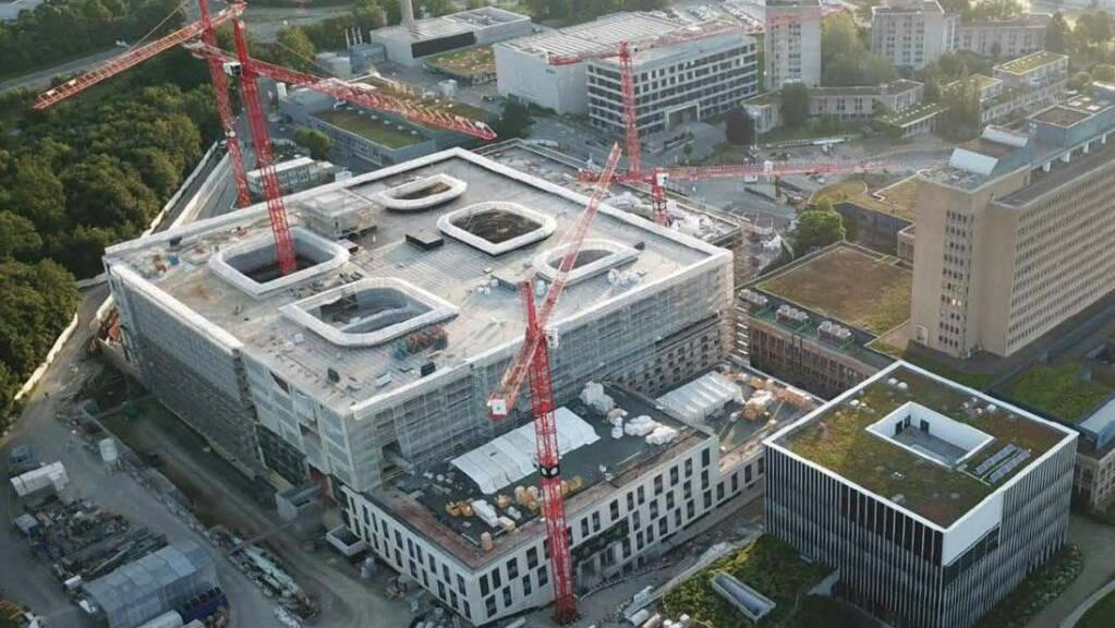 Der Rohbau des neuen Kantonsspitals Baden (KSB) ist hochgezogen. Das alte Spitalgebäude (rechts) wird nach der für Herbst 2024 geplanten Betriebsaufnahme des neuen KSB zurückgebaut.