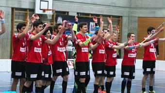 Die Herren von Unihockey Basel Regio lassen sich feiern vor heimischer Kulisse in Ettingen (Bild von Loris Schwärzler Photography zur Verfügung gestellt).