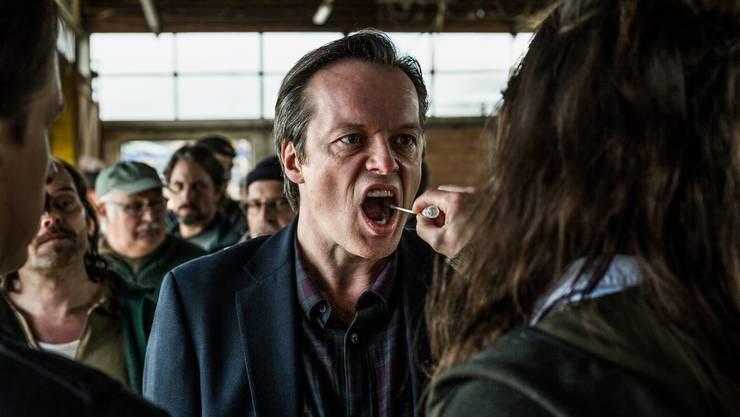 DNA-Entnahme von der Wangenschleimhaut: Szene aus der SRF-Serie «Wilder»