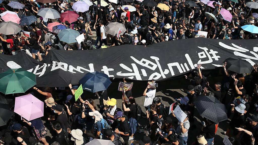 Zehntausende demonstrieren gegen Regierung