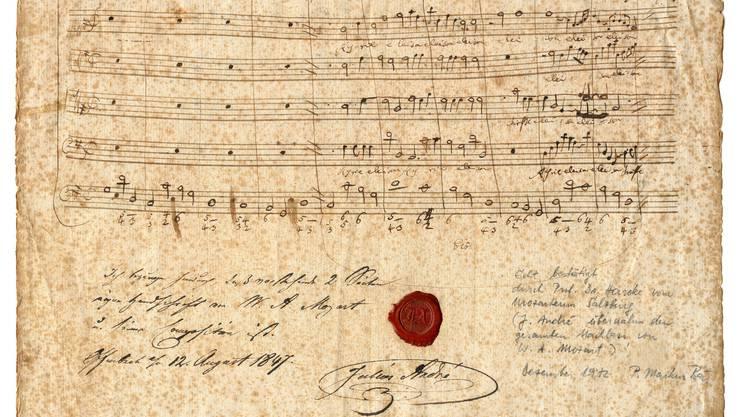 Die Vorderseite des  Notenblattes mit Mozarts Notenhandschrift (oben)