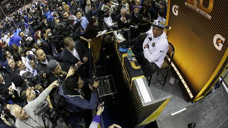 Vor über 10'000 Leuten: Carolinas Quarterback Cam Newton gibt in San Jose am Opening Day vor der Super Bowl Auskunft
