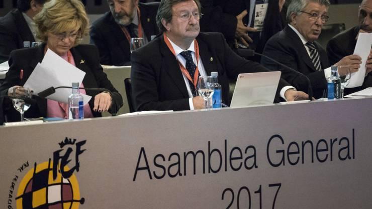 Juan Luis Larrea nimmt von seiner Wahl zum Interims-Nachfolger Kenntnis