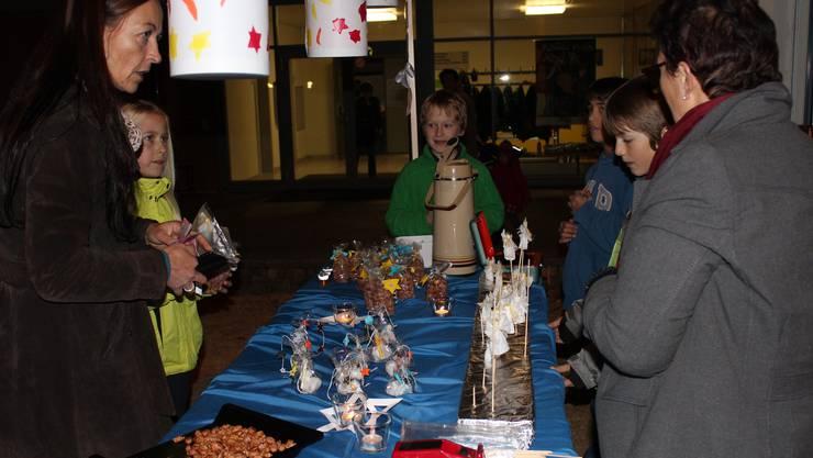 Viele feine Köstlichkeiten und Bastelarbeiten wurden am Adventsbazar der Schule angeboten.