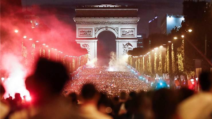 Die Franzosen feiern auf der ChampsÉlysées in Paris den Finaleinzug. Key