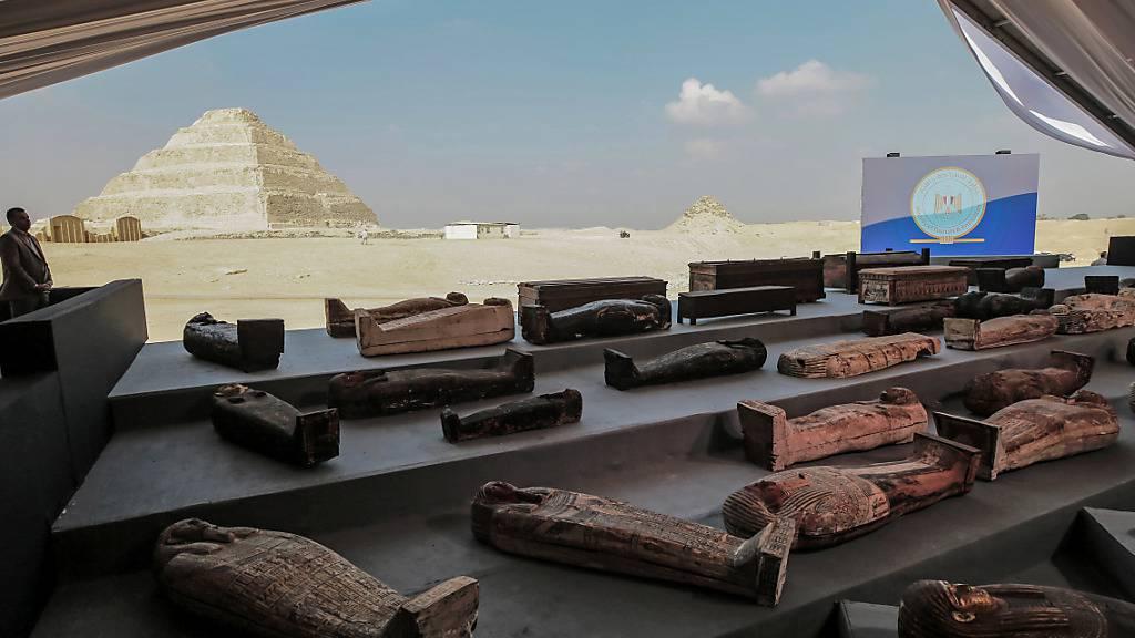 Mehr als 100 antike Sarkophage haben Archäologen in den letzten Wochen in der Nähe von Kairo ausgegraben. Foto: Fadel Dawood/dpa