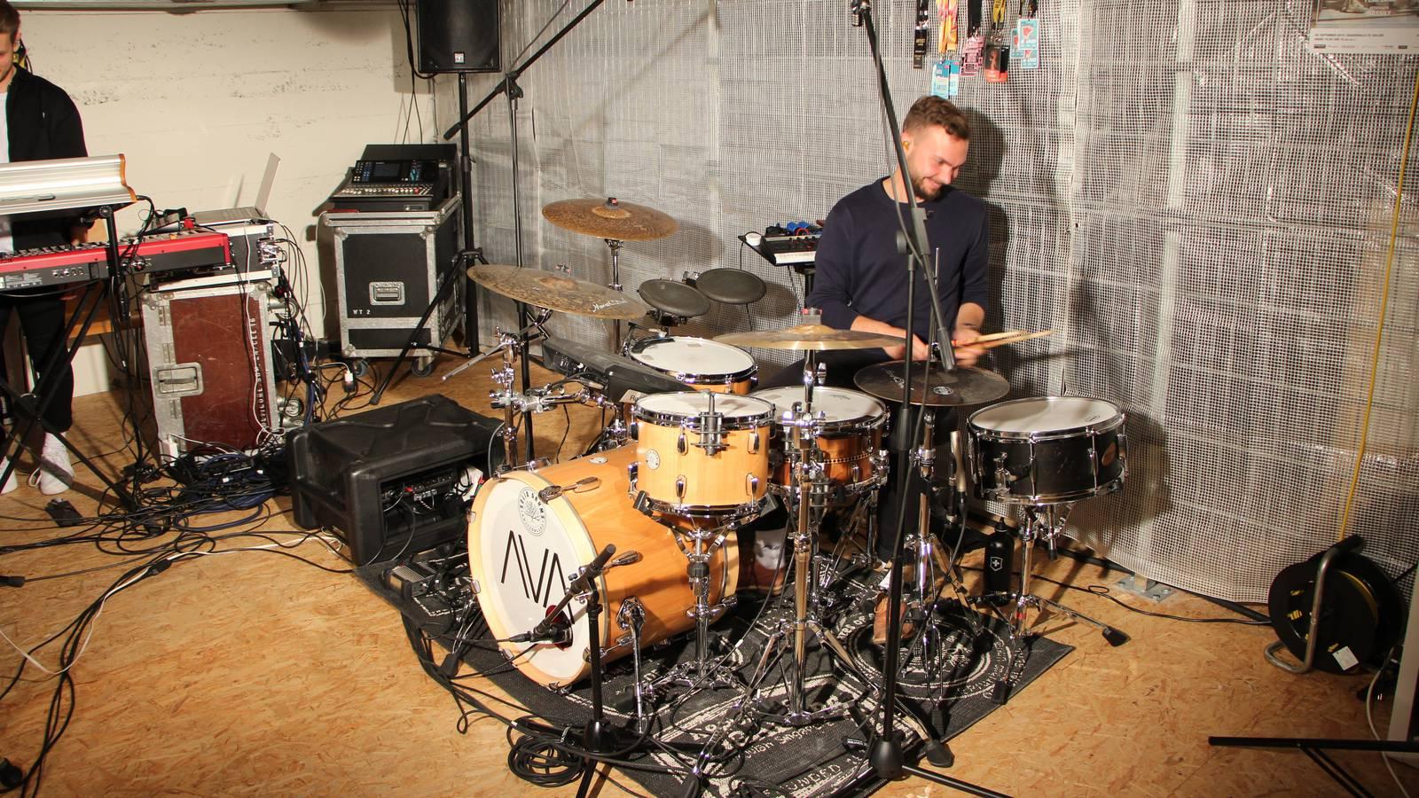 ...und Andy haut auf die Drums. (© FM1Today)